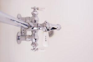 rubinetto cucina con maniglia bianca