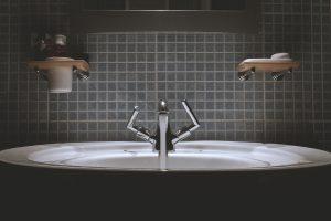 lavandino bagno con acqua che scorre