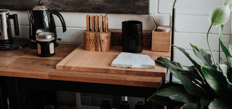 cucina con bollitore e coltelli ed elettrodomestici vintage
