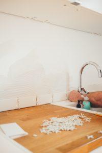 ristrutturazione cucina professionista al lavoro