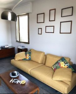 divano giallo cuscini fiori stile industriale