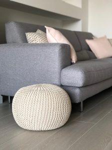 divano stile nordico grigio pouf