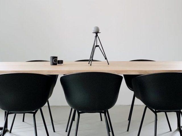 avolo legno sedie nere arredamento minimal